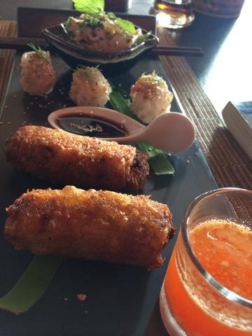 Snack gồm có ceviche ăn kèm bánh mì, sushi làm từ gạo nếp, và nem rán kiểu Việt Nam